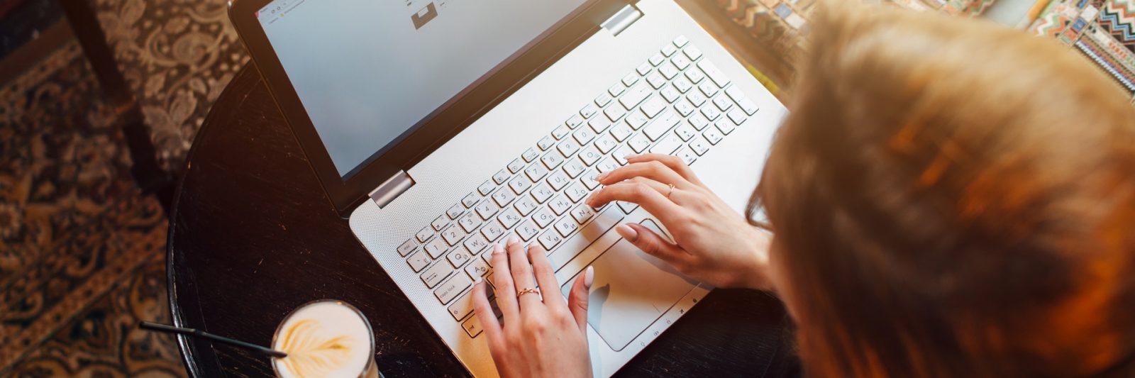 chica escribiendo en ordenador portatil