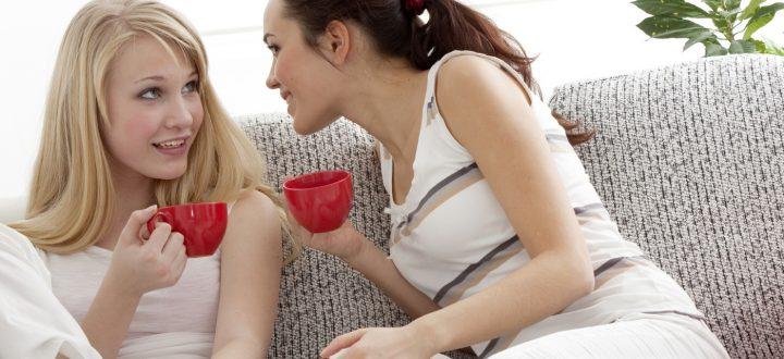 Dos chicas charlando