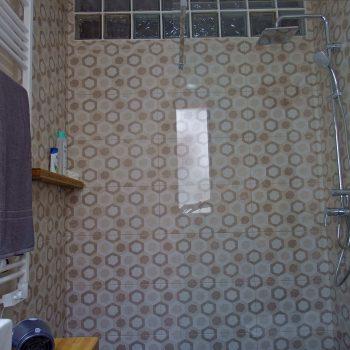 Baño marrón y gris de La Encomienda