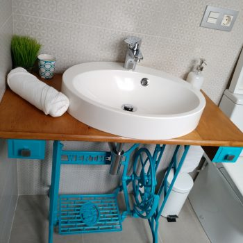 Detalle del baño gris y blanco de La Encomienda