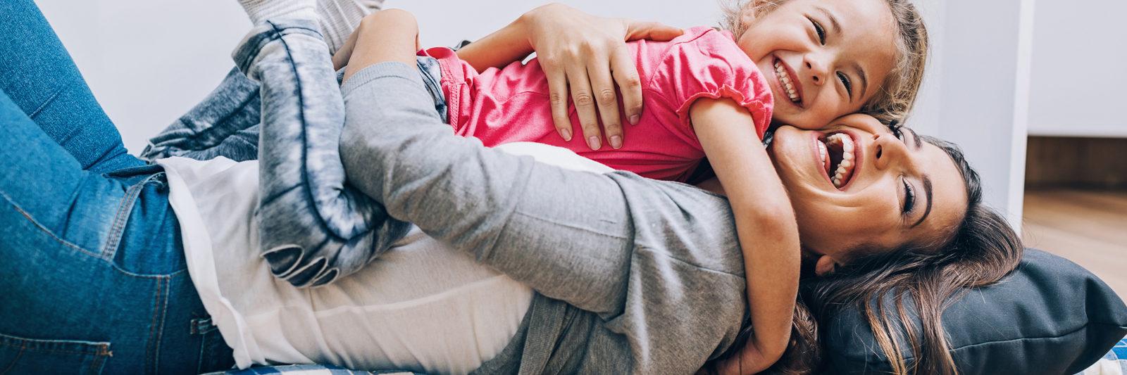 mamá y niña abrazándose
