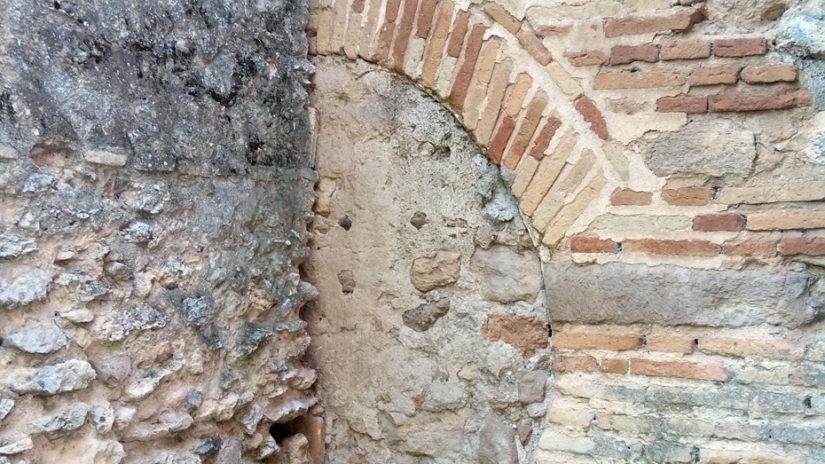 arco de herradura conservado en el muro norte