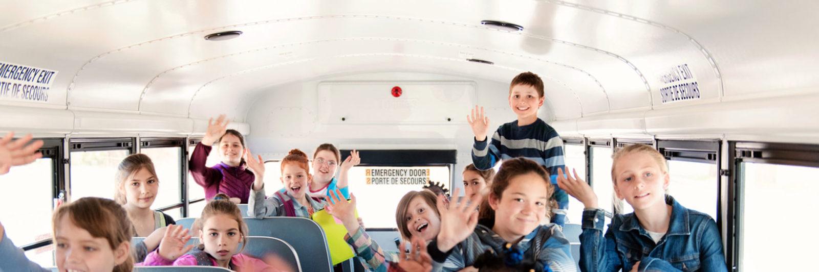 Niños niñas dentro de un autobús